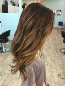 Tinte cabello largo ligeramente ondulado castaño claro y reflejos bronce