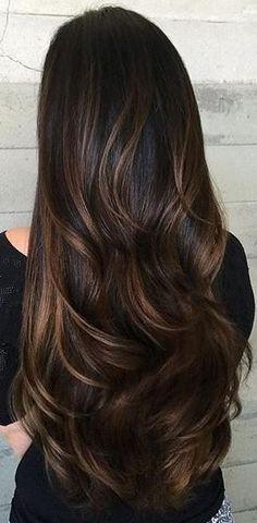 Tinte cabello largo tono moreno y reflejos castaño