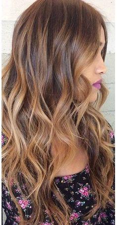 Tinte cabello largo tono castaño reflejo dorado