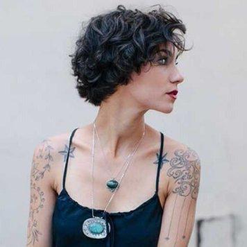 Peinado pelo corto moldeado en tono negro azul escalado capas desiguales