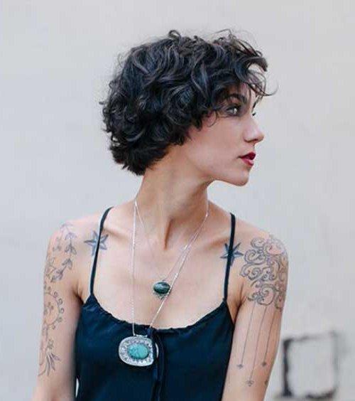 Peinado Pelo Corto Moldeado En Tono Negro Azul Escalado