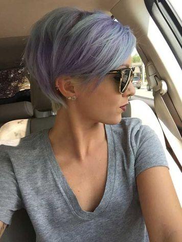 Peinado pelo corto mezcla azul gris violeta pixie flequillo denso derecho finalizando en oreja