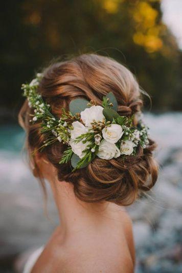 el tiempo en cordoba afecta al peinado novia con recogido floral natural