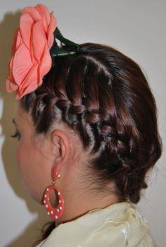 01 Peinados trenzados con tocado de flores alto para ir a la feria de Cordoba