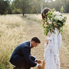 06 Fotos de boda atando el zapato