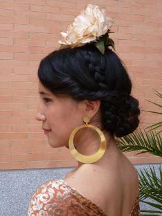 10 Peinados con decoracion tocado de flores para ir a la feria de Cordoba