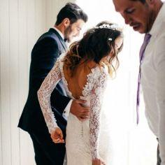 12 Fotos de boda esperando en la puerta