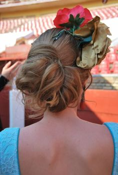 14 Peinados asimetricos con tocado de flores para ir a la feria de Cordoba