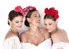 25 Peinados con posiciones tocado de flores para ir a la feria de Cordoba