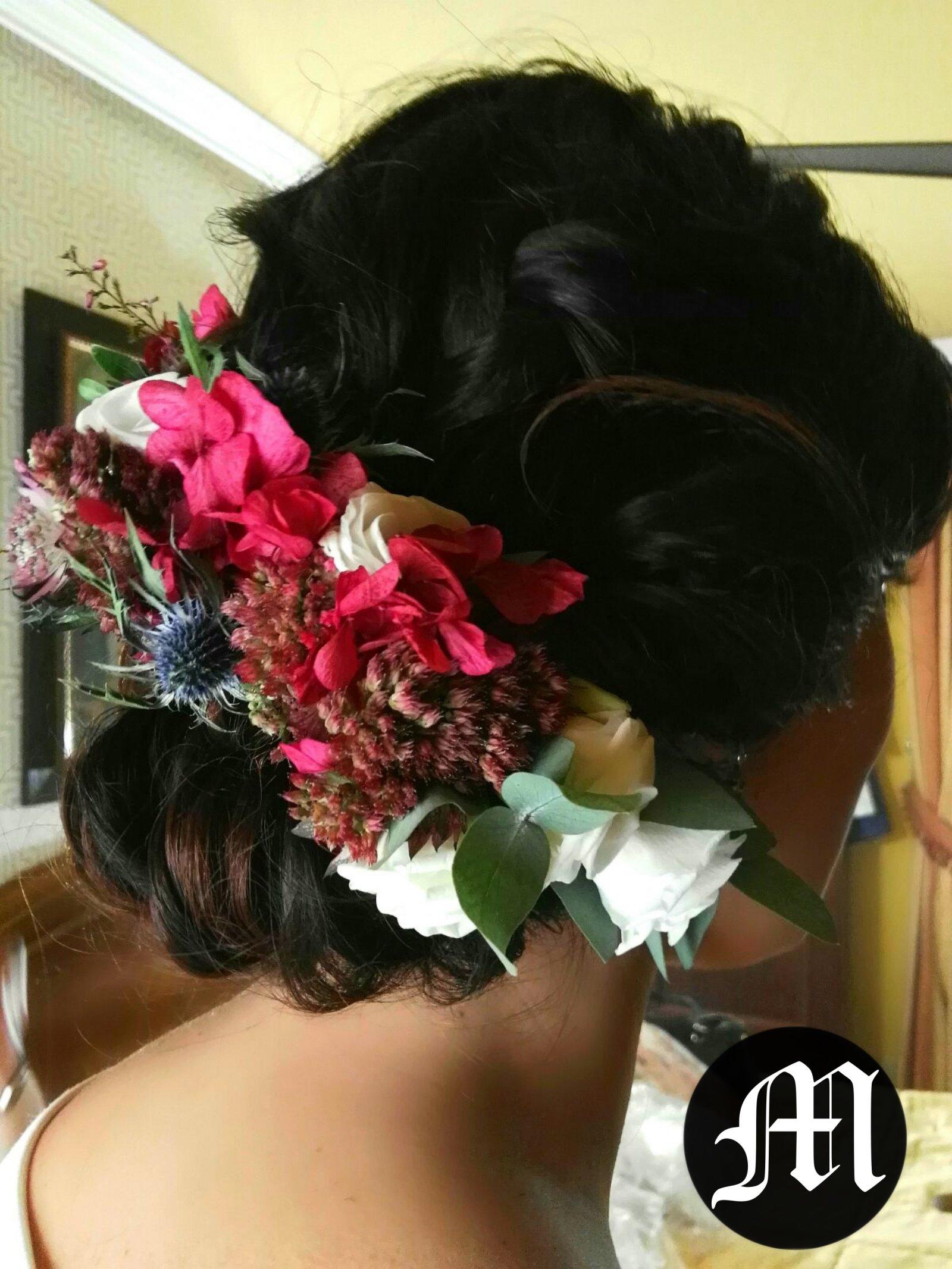 Peinado de Ceremonia para Gema con flores naturales Peluqueria