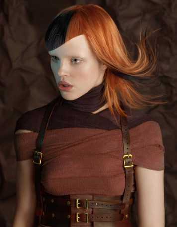 Corte de pelo y peinado bicolor negro y cobre flequillo oblicuo