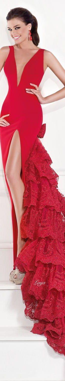 Vestido de fiesta y su peinado cola con largo rojo escote y cola flamenca en Cordoba