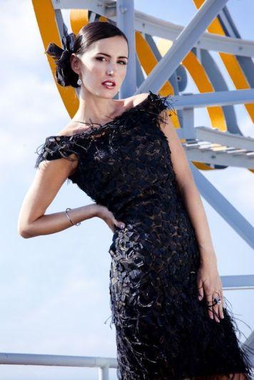 Vestido de fiesta y su peinado con tocado lazo negro corto textura en Cordoba