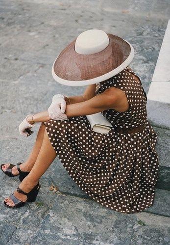 Vestido de fiesta y su peinado corto lunares y pamela chocolate en Cordoba