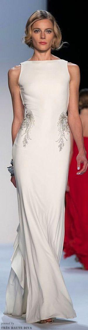 Vestido de fiesta y su peinado largo blanco recogido moño informal en Cordoba