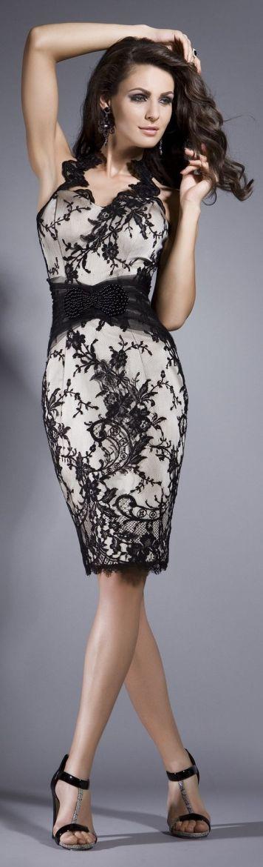 Vestido de fiesta y su peinado largo castaño oscuro con encaje negro en Cordoba