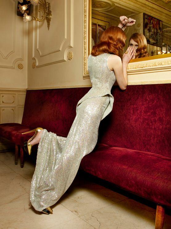 Vestido de fiesta y su peinado largo rubio rojo vibrante con largo plata en Cordoba