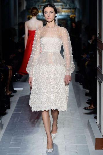 Vestido de fiesta y su peinado recogido bajo informal vestido gasa blanca en Cordoba