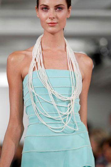 Vestido de fiesta y su peinado recogido con aguamarina y perlas en Cordoba