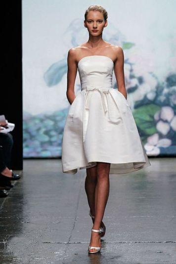 Vestido de fiesta y su peinado recogido raya lateral rubio con corto blanco y lazo en Cordoba