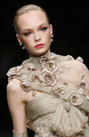 Vestido de fiesta y su peinado recogido rubio con rosas en gasa de adornos en Cordoba