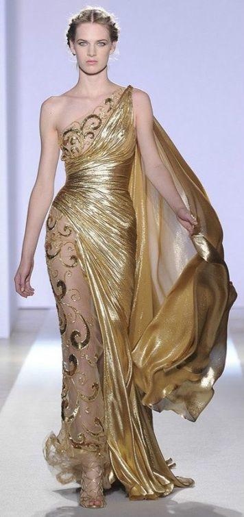 Vestido de fiesta y su peinado recogido trenzas con oro clásico en Cordoba