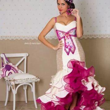 Feria y Fiestas Barriada de los Angeles Alcolea Flamenca Blanco y Maquillaje Fucsia