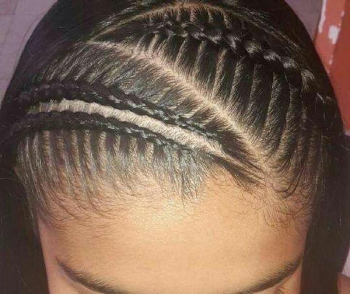 Peinados de trenzas de lado y cabello suelto Baena