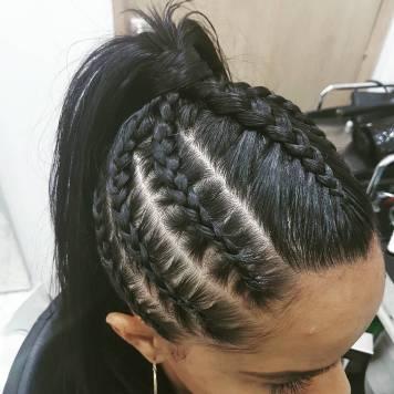 Peinados de trenzas de lado y cabello suelto El Carpio
