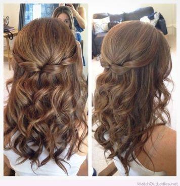 Peinados de trenzas de lado y cabello suelto Fuente Palmera