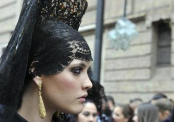 Fotos de como se lleva la Mantilla de Madrina Pedro Abad
