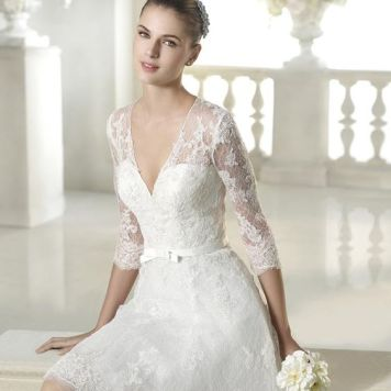 Peinados con Vestidos de novia cortos Pelo castaño liso Recogido