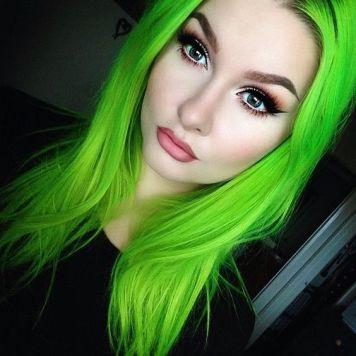 Tintes de Neon y Propuestas de Colores Verdes en Pelo liso