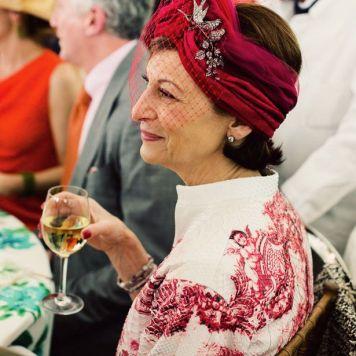 Ser la Madrina Ideal con Tocado, Mantilla o Sombrero y Vestido