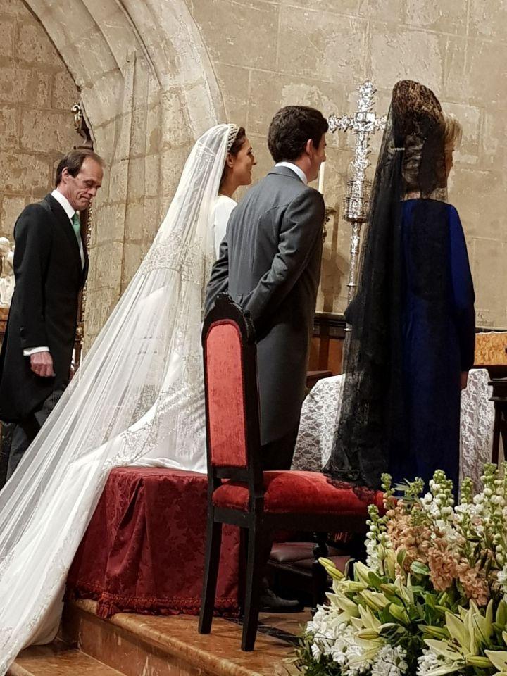 Siempre elegante Helen en el Altar