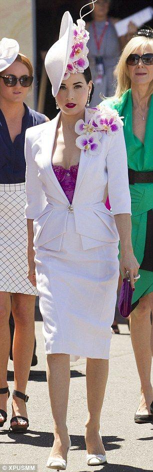 Vestidos de Gala que van bien para peinados clasicos Blanco con Complementos Morados
