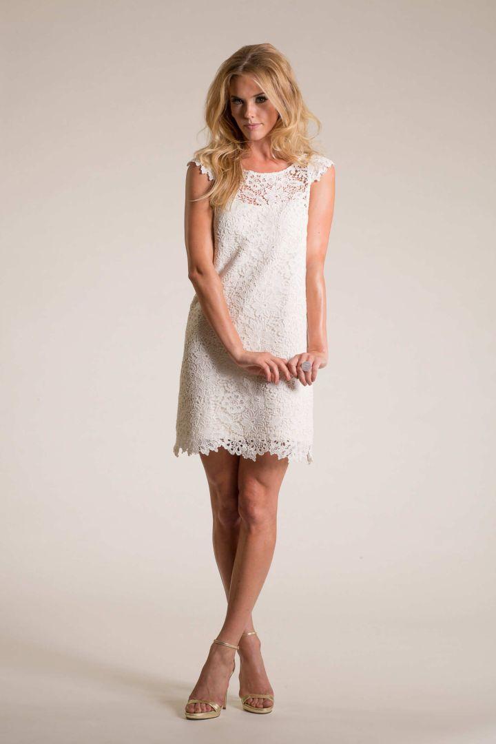 Estilo de pelo largo rubio para vestidos de novia cortos